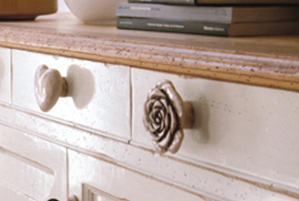Credenza in legno laccato con pomoli di ceramica