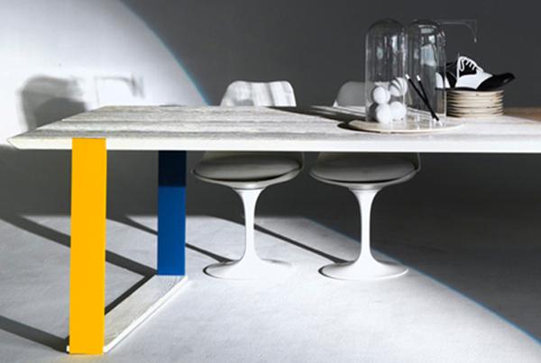 Tavolo in legno con gambe colorate & co.