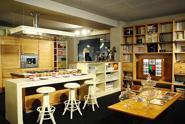 Cucina e libreria su misura in noce naturale
